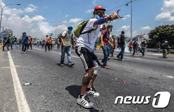 새총쏘는 베네수엘라 시위자