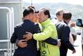 유권자와 포옹하는 이재오 후보