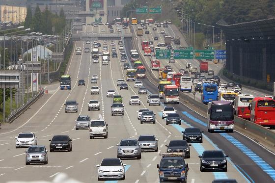 '황금연휴' 첫날 서울 빠져나가는 차량