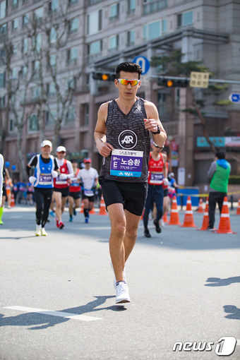 서울국제마라톤대회에서 풀코스를 뛰고 있는 션.