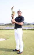 우승 트로피 거머쥔 김성용