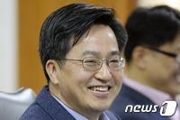 文대통령, 경제부총리 김동연·외교부장관 여성 강경화 내정