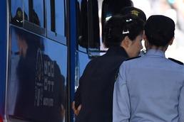 '피고인' 박근혜 올림머리에 사복차림 법원 출석