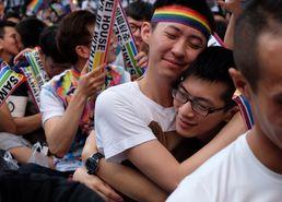 [사진] 포옹하는 대만 동성커플