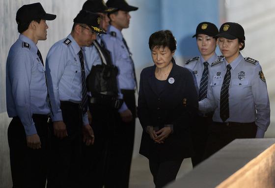 박근혜 '오늘도 올림머리'