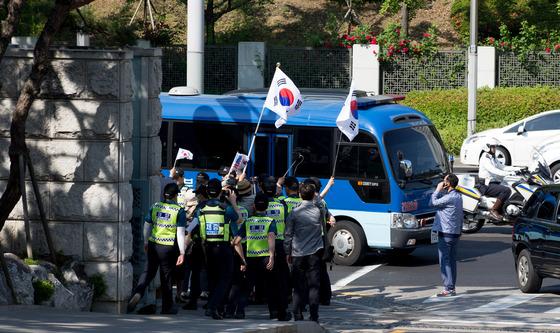 호송차 향해 태극기 흔드는 박근혜 전 대통령 지지자들