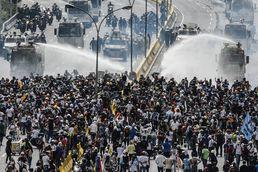 베네수엘라 경찰 -시위대 격렬 충돌