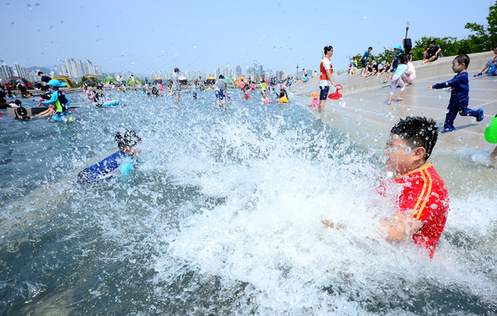 '덥다 더워' 물 속으로 풍덩
