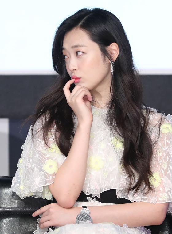 베드신·노출·SNS…더위보다 무서운 '설리 주의보' [화제작리얼②]