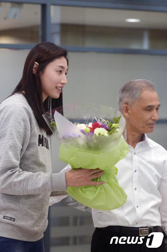 아버지에게 꽃 선물 받은 '배구여제' 김연경