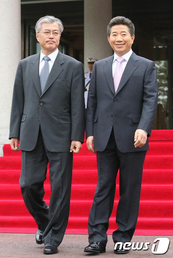 문재인이 걸어온 길...노무현 전 대통령과 나란히
