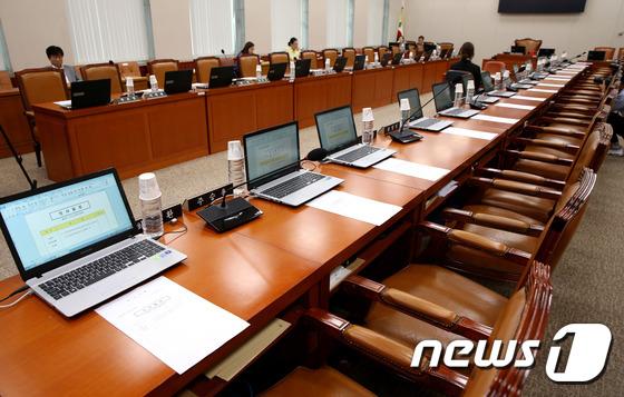 강경화 임명 여파...국회 상임위 파행