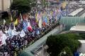美 대사관 앞으로 행진하는 시민들