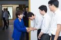 직원들과 인사 나누는 김현미 국토교통부 장관