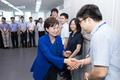 직원들과 인사 나누는 김현미 장관