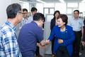 국토부 직원들과 인사 나누는 김현미 장관