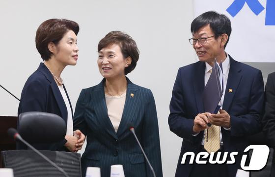 대화 나누는 김현미-한정애