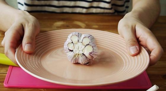 20초면 충분해…마늘 껍질 제거하는 2가지 방법
