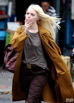 '금발 변신' 엠마 스톤, 뉴욕 한복판서 흡연...무슨 일?