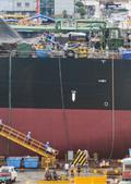 STX조선해양 폭발사고 현장 살피는 관계자들