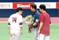 은퇴 투어 꽃다발 전달받는 NC 이호준