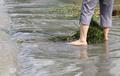 '돌다리 치우기 위해 드러낸 아름다운 맨발'