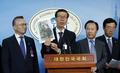 '중국에서 공안에 붙잡힌 탈북자 사진들고'