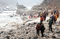'한탄강변 걷는 트레커들'