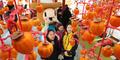 '함양곶감축제 찾은 관광객들'