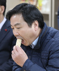 곡물가공품 맛보는 홍종학 장관