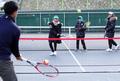 테니스 강습 받는 어린이들