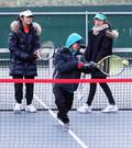 테니스 배우는 어린이들