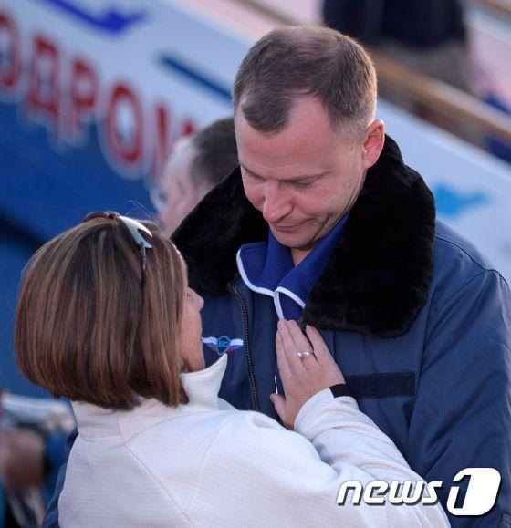 [사진] 아내와 포옹하는 '구사일생' 소유스 우주 비행사