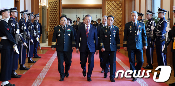 합참의장·제2작전사령관 보직 신고받은 文 대통령