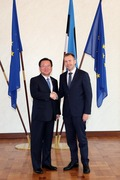 에스토니아 기업통신장관과 악수하는 김부겸 장관