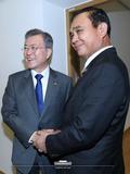 태국 총리와 악수하는 文 대통령