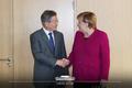 메르켈 독일 총리와 악수하는 문재인 대통령