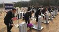 헌화하는 독도의용수비대 유가족들