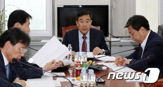 회의 주재하는 김정훈 정무위 청원심사소위원장