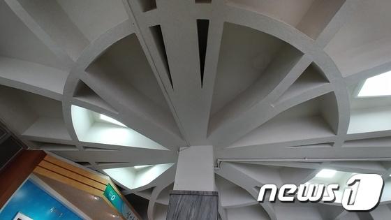 【韓国】市役所の天井が旭日旗に見える!と騒動に(写真あり)