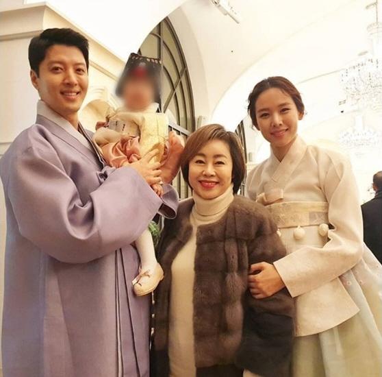 [N이슈] 이동건♥조윤희 부부, 딸 돌잔치서 '함박 미소'