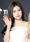 아이즈원 강혜원, 눈부신 일자 쇄골