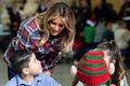[사진] '토이즈 포 토츠' 행사서 아이들과 얘기하는 멜라니아