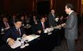 야당 의원들과 대화하는 이낙연 총리