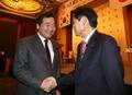 일본 의원들과 인사하는 이낙연 총리