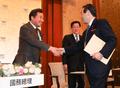누카가 후쿠시로 회장과 인사하는 이낙연 총리