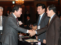 야당 의원들과 인사하는 이낙연 총리