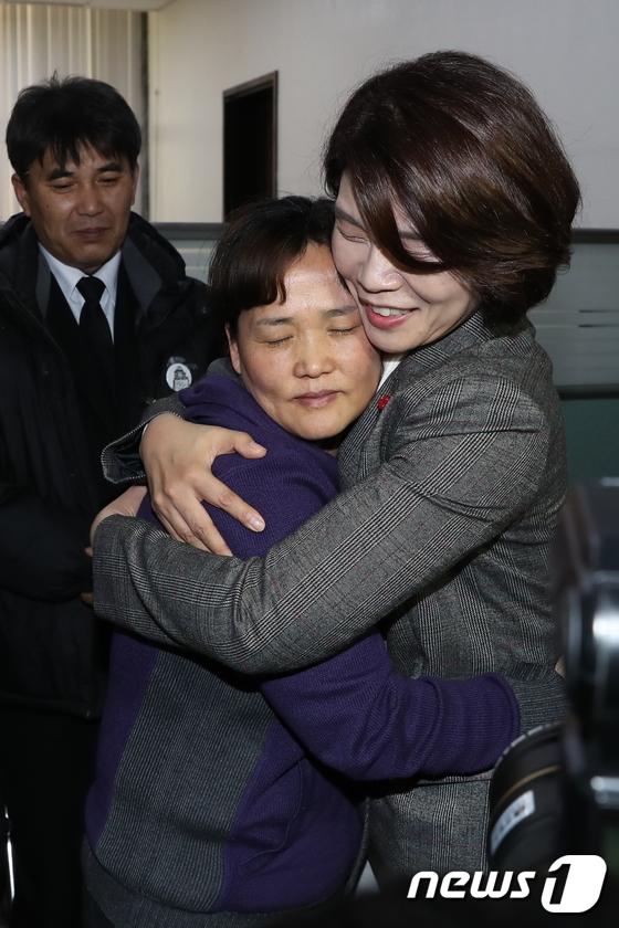 고 김용균씨 어머니와 포옹하는 한정애 의원