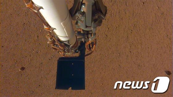 화성 표면 연구 위해 로봇팔 펼친 인사이트호