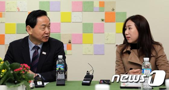 유치원 학부모와 대화나누는 김상곤 부총리